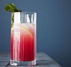 Velkomstdrink: Granatæblesmash Cocktail Desserts, Cocktail Drinks, Drinks Med Gin, Natural Cosmetics, Smoothies, Glass Of Milk, Shot Glass, Drinking, Juice