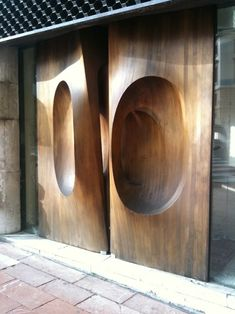 Puerta de access a un tienda de telas. Autor: el escultor Asturiano Feranando Alba.