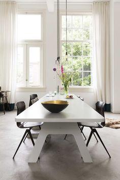 Witte eettafel met zwarte stoelen   White dining table with black chairs   vtwonen 02-2018   Fotografie Jansje Klazinga   Styling Emmy van Dantzig