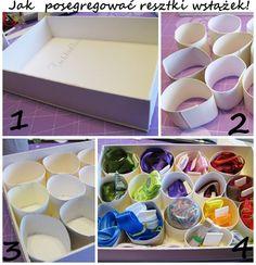 1. Szykujemy pudełko.  2. Tniemy tekturki po papierze toaletowym, albo kleimy z kawałków sztywnego papieru.  3. Wklejamy ciasno do pudełka.  4. W okręgi wkładamy resztki wstążek, tasiemek, sznurków.