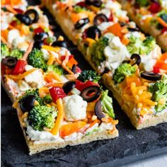 Beloved by kids and adults alike, Veggie Pizza is quite possibly the tastiest wa… Beloved by kids and adults alike, Veggie Pizza is quite possibly the tastiest way for people to eat their vegetables. You won't have any leftovers! Pizza Rapida, Pizza Legume, Vegetarian Recipes, Cooking Recipes, Healthy Recipes, Vegetarian Pizza, Healthy Kids, Drink Recipes, Salad Recipes