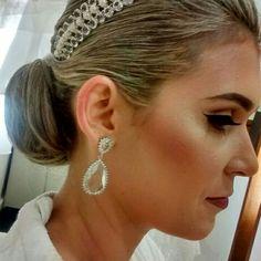 Nossa noivinha Livia Kinupp deslumbrante com nosso brinco em cristal! #umclassico #noiva #noivasmb #mairabumachar