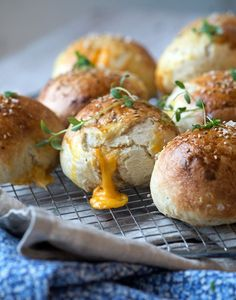 Cheesebuns with cheddar. Super delicious cheesebuns with melting cheddar cheese inside (in Danish) Milk Recipes, Baking Recipes, Soup Recipes, Homemade Dinner Rolls, Dinner Rolls Recipe, Bread Bun, Diy Food, Bread Baking, Appetizer Recipes