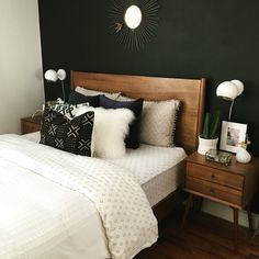 Matte evergreen wall honey brown wood and off-whites. 2019 Matte evergreen wall honey brown wood and off-whites. The post Matte evergreen wall honey brown wood and off-whites. 2019 appeared first on Pallet ideas. Bedroom Black, Bedroom Green, Home Bedroom, Bedroom Decor, Bedroom Ideas, Brown Bedroom Walls, White And Brown Bedroom, 1930s Bedroom, Dark Wood Bedroom