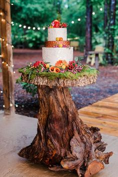 Majestic 28 Enchanted Forest Themed Wedding Cake https://weddingtopia.co/2018/03/22/28-enchanted-forest-themed-wedding-cake/ Wedding centerpieces may be an afterthought when planning a wedding, but it is an ideal chance to showcase your style and impress your visitors