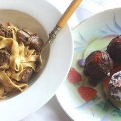 Creamy chicken livers served with homemade tagliatelle and dark chocolate truffles with a white chocolate ganache filling. All credit goes to Rosemary Gough! Chocolate Ganache Filling, Dark Chocolate Truffles, Chicken Livers, Creamy Chicken, I Love Food, Oatmeal, Yummy Food, Homemade, Cooking