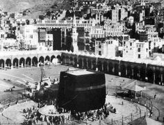 T E Lawrence and the Arab Revolt 1916 - - the Kaaba. Looking down over the the Kaaba and the Haram, with the city behind. Masjid Haram, Mecca Masjid, Mecca Wallpaper, Islamic Wallpaper, House Of Saud, History Of Islam, Mekkah, Islamic Images, Les Religions