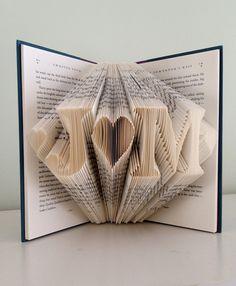 Dieses einzigartige gefaltete Papier-Buch kann mit den Initialen Ihrer Wahl mit Herz an beiden Enden und dazwischen erfolgen. Sorgfältig von der Faltung der Seiten von recycelten Büchern gemacht, ist jedes Stück nach Ihren Angaben gefertigt. Wenn Sie Ihre Bestellung aufgeben, werden beim Check-out, wo Sie mir schreiben können eine Notiz, die Angabe von zwei Buchstaben, die Sie möchten ein Abschnitt. Verwenden Sie als Dekoration für Ihre Hochzeit. Geben Sie dieses schöne Geschenk zum…
