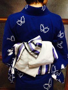 今日は大村夏越し祭り!! あいにくのお天気ですが、浴衣に着替えてでかけましょう!! 本日ご紹介の帯結びは、背も… Japanese Yukata, Japanese Outfits, Yukata Kimono, Kimono Fabric, Traditional Kimono, Traditional Outfits, Geisha, Modern Kimono, Kimono Design
