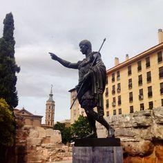 Junto a la Muralla Romana y el Torreón de la Zuda, se encuentra la estatua de César Augusto, el fundador de la ciudad. La escultura original apareció en Roma en 1863, cuando se excavaba un palacio que había pertenecido a la esposa de Augusto, en los alrededores de una zona conocida como Prima Porta. La réplica en bronce que podemos ver al lado de las murallas romanas fue un regalo de Mussolini, hecho en el año 1940 a varias ciudades fundadas por Augusto o que habían tenido una relación…