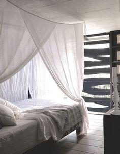 La chambre se fait légère grâce à des voilages en lin. Plus de photos sur Côté Maison http://petitlien.fr/7gto.