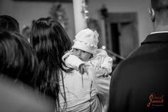 Taufe von Anna Model: Anna Foto: Daniel Janesch Canon EOS 30D, Canon EF24-70mm f/2.8L USM, 70mm, ƒ/3.2, 1/100s, ISO 400 #taufe #baptism #katholisch #catholic #kirche #church #weiß #weiss #white #mutter #mother #neugierig #curious #schwarz #black #schwarzundweiß #schwarzundweiss #blackandwhite