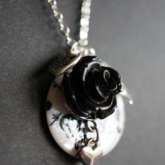 Sautoir perle nacre imprimés papillons, breloque rose résine, coeur et feuille (chaine de 92 à 97cm - pendant 3cm) | My Creation | CreaTis and Beads