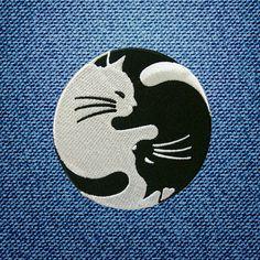 INFORMACIÓN DEL PRODUCTO:  Blanco y negro gato Yin Yang Yinyang parche bordado BRICOLAJE parches termoadhesivos por IronOnDIY  Tamaño 3.1 W x 3.1 H (8 cm x 8 cm) aprox.   ★★★How de hierro-On★★★  1. rocíe agua en la parte posterior del parche 2. Coloque el parche en la ropa 3. establezca la temperatura de la plancha en algodón 4. Cubra el parche con un trozo de paño húmedo 5. hierro durante 10-15 segundos 6. Gire a la ropa de adentro hacia fuera y de hierro hasta que se seque   ★★★Please ser…