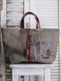 Bolsa em lona, parte interna forrada e um bolso. Super bonita, possui alças, fechamento e detalhes em couro que eu substituiria pelo sintético ou vegano, ficam ainda mais bonitos pois não envolvem …