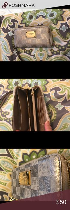 Micheal Kors wallet Authentic and excellent condition MICHAEL Michael Kors Bags Clutches & Wristlets