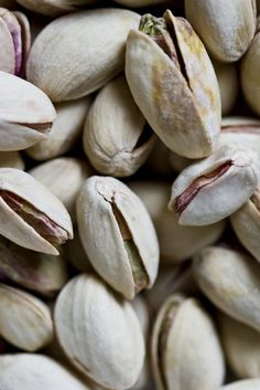 Pistachio trivia: Pistachios are actually SEEDS, rather than nuts. This snack has nutritional value and is lower in fat than many tree nuts. Fruit And Veg, Fruits And Vegetables, Dried Fruit, Fresh Fruit, Healthy Snacks, Healthy Eating, Food Styling, Health Benefits, Food Photography