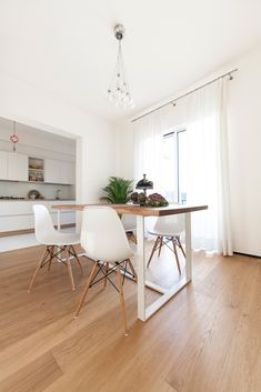Minimalist dining room by didonè comacchio architects minimalist Paint Colors For Living Room, Living Room Decor, Living Spaces, Colorful Interior Design, Wood Interior Design, Interior Flat, Minimalist Dining Room, Kitchen Cabinet Styles, House Tiles