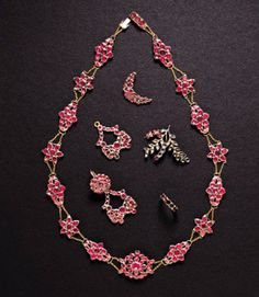 Necklace, 1764 - Maker: Benjamin Gurdon & Son - London, England - Silver, gold, garnet (MV: W-2687) -  Throughout the 1760s and 1770s Martha Washington amassed a large set of garnet jewelry for herself and her daughter, Martha Parke Custis