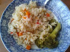 Arroz con arveja y zanahoria acompañado de tallos de bróculi cocido