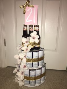 With flowers Girl birthday beer cake. With flowers Birthday Decor For Him, 21st Birthday Crafts, 21st Birthday Basket, 21st Birthday Gifts For Girls, 21st Bday Ideas, 21st Birthday Decorations, Happy 21st Birthday, 21st Gifts, Birthday Beer