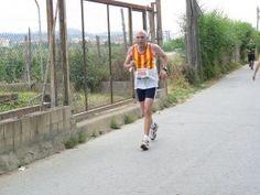 Salvador Carbonell Arnau (Mataró, 1945) va córrer la seva primera marató l'any 1980 a Nova York. Des d'aleshores, en porta ja 39. S'ha enfrontat als mítics 42.195 metres a Buenos Aires, Praga, Rotterdam, Londres, Berlín, París, Bordeus, Barcelona, Donostia, Sevilla, Madrid i Calella de la costa, entre d'altres ciutats. És un dels membres destacats de la mítica Colla Maimakansu.