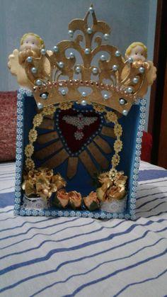 Oratório para Nossa Senhora com anjos de biscuit e coroa e caixa de MDF