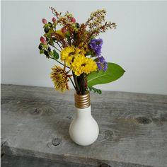 Ese foco fundido puede ser tu nuevo florero. | 24 Objetos cotidianos que podrías usar como florero