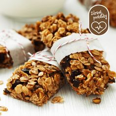 These homemade granola bars are the perfect snack to pack for all your outdoor summer adventures! Click through for the Oats and Honey Bars with Cranberries recipe! Healthy Living Recipes, Healthy Breakfast Recipes, Healthy Cooking, Snack Recipes, Snacks, Eating Healthy, Oats And Honey, Granola Bars, Low Calorie Recipes