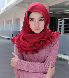 Memakai ruffle square f … Beautiful Hijab Girl, Beautiful Muslim Women, Beautiful Asian Girls, Hijabi Girl, Girl Hijab, Fashion Beauty, Girl Fashion, Arab Girls Hijab, Hijab Collection
