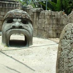 At the beginning of last century, several giant stone heads depicting warriors Negroid type were discovered in the jungles and chapparal of Mexico. What are they doing there, in the ancient Olmec territory, deep in the heart of the pre-Columbian Mesoamerica? One wonders why and how Black Africans came to America at such a distant time?