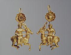Греческие золотые серьги в виде Артемиды на олене. 4 в. до н.э. Найдены в Крыму. Эрмитаж.