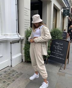 Outfits 2019 Outfits casual Outfits for moms Outfits for school Outfits for teen girls Outfits for work Outfits with hats Outfits women Outfits With Hats, Mode Outfits, Outfits For Teens, Fall Outfits, Fashion Outfits, Outfits With Sweatpants, Fashion Tips, Fashion Quiz, Summer Outfits