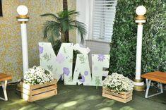Decoração Dia das Mães: 65 ideias PERFEITAS para surpreender a sua Photo Booth, Ladder Decor, Backdrops, Candles, Table Decorations, Rose, Party, Home Decor, Craft Fairs