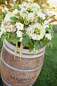 Flowers & Decor - Alter decor for a Winery wedding #CupcakeDreamWedding