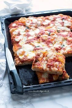 Fette morbide di pizza in teglia come in pizzeria