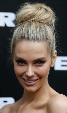 dame mit blonden haaren und schöner dutt frisur | Frisuren ...