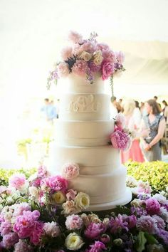 Choosing your wedding cake is one of the most important wedding planning decisions. To help you choose your cake, we've featured the hottest trends. Wedding Cakes With Cupcakes, Wedding Cakes With Flowers, Cupcake Cakes, Cake Flowers, Flower Cakes, Real Flowers, Cup Cakes, Beautiful Wedding Cakes, Beautiful Cakes