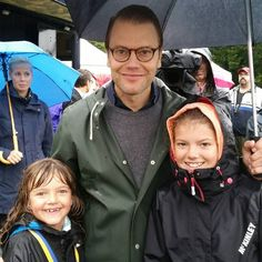 Today, it was time for the annual Prins Daniels lopp in the Haga Park, north of Stockholm. 1500 children were registered to run in the race and try different kind of sports. Prince Daniel was of course present and he even tried some sports himself after he cheered and rewarded the participants with medals.06/09/2015