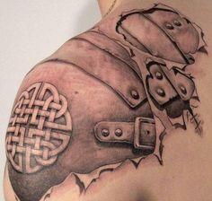 tatouage homme 3D: peau déchirée et rosace sur l'épaule