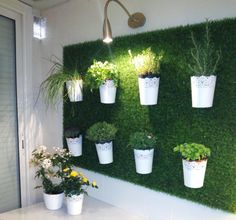 Jardin Vertical Diy, Jardin Vertical Artificial, Vertical Garden Diy, Vertical Bar, Artificial Grass Garden, Artificial Plant Wall, Backyard Putting Green, Le Hangar, Green Facade