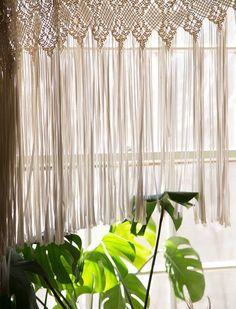 Cortina de crochê com acabamento de franjas