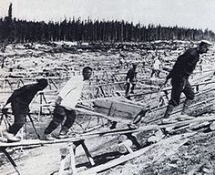 Prisoners at work building the White Sea–Baltic Canal, one of the first major projects in the Soviet Union made entirely through slave labor. people died while working amid the harsh conditions at the canal. Haunted Images, Back In The Ussr, Forced Labor, White Sea, Maritime Museum, Red Army, Socialism, Communism, Soviet Union