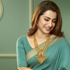 Looking for Gold layered necklace designs? Here are our picks of 20 designs and where you can shop them online! Gold Wedding Jewelry, Gold Jewelry, Gold Necklaces, India Jewelry, Indian Jewelry Sets, Bridal Jewelry, Saree Jewellery, Gold Jewellery Design, Necklace Designs