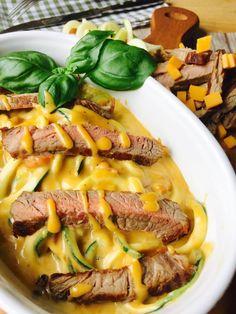 Low Carb Zucchini Nudeln mit Käsesoße und Steak Zucchini Spaghetti Mac & Cheese Cheddar Käse Bacon Sahne und Milch für die Soße Spaghetti aus dem Spiralschneider Steak medium gebraten