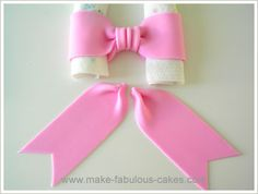 How to Make a Fondant Bow. A fun way to add pizzaz to your cake is by adding a fondant bow. A bow adds a touch of cuteness and is actually quite versatile to use. You can use it on a cake for different occasions such as birthdays for kids and adults alik Cake Decorating Techniques, Cake Decorating Tutorials, Cookie Decorating, Bow Cakes, Cupcake Cakes, Cupcakes Kids, Minni Mouse Cake, Minnie Mouse Birthday Cakes, Minnie Cake