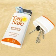 Limpia una botella de bronceador, protector solar o loción corporal y úsala para esconder tus cosas cuando vayas a la playa.