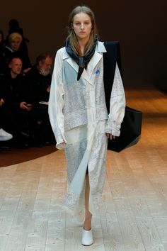 See all the Collection photos from Celine Autumn/Winter 2017 Ready-To-Wear now on British Vogue Celine, Fashion Week Paris, Runway Fashion, Fashion Trends, Vogue Paris, Winter Mode, Winter 2017, Fall Winter, Weekend Style