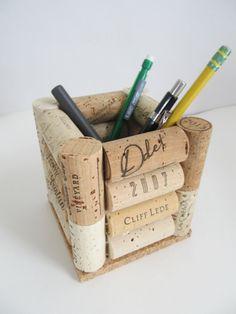 Lasciate che questo portamatite di sughero del vino grande soddisfare le esigenze di archiviazione sulla tua scrivania! Upcycled tappi incollati insieme in modo sicuro a base di sughero spessore per creare il luogo perfetto per tutte le vostre matite, penne, forbici e quantaltro che ha bisogno che contiene! Decorativo e utile, questo pezzo straordinario vi aiuterà a tenere la scrivania organizzata e mostrare il vostro buon gusto! Misure ~ 4 x 4 di larghezza con un 2 1/4 di apertura nella…