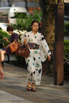 gorgeous yukata dresses in Tokyo's fashionable Harajuku district. My favorite must be the first, the vintage looking pale white, black cat/temari pattern.
